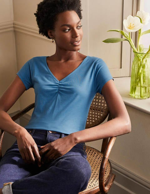 Superweiches T-Shirt mit gerafftem V-Ausschnitt - Azurblau