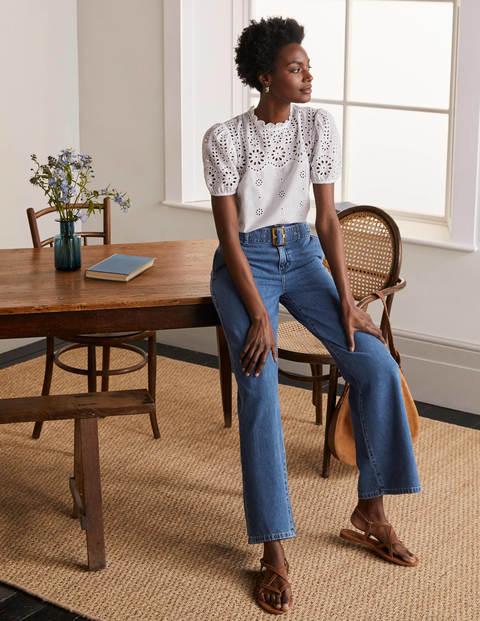 Jeans mit weitem Bein und Gürtel